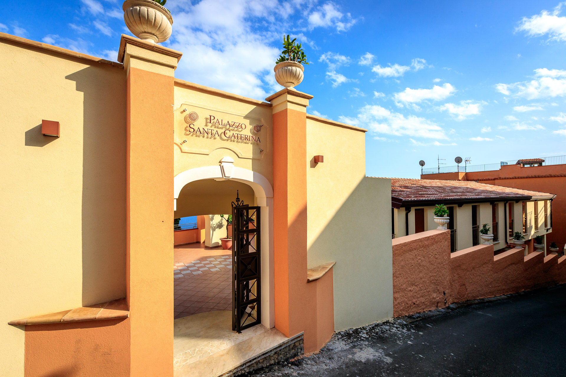 https://www.hotelaristontaormina.it/wp-content/uploads/2020/10/IngressoPalazzoSantaCaterina1.jpg